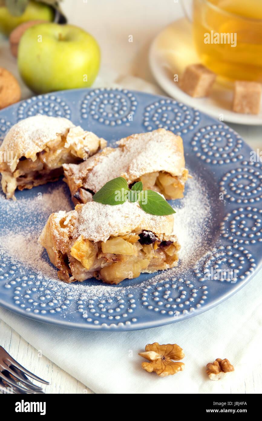 Des strudel aux pommes avec des pommes, raisins et noix, de délicieuses pâtisseries végétarienne Banque D'Images