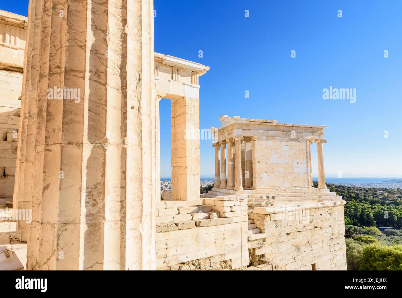 Détail de l'Propylaea et le Temple Ionique d'Athéna Nike sur l'Acropole, Athènes, Grèce Photo Stock