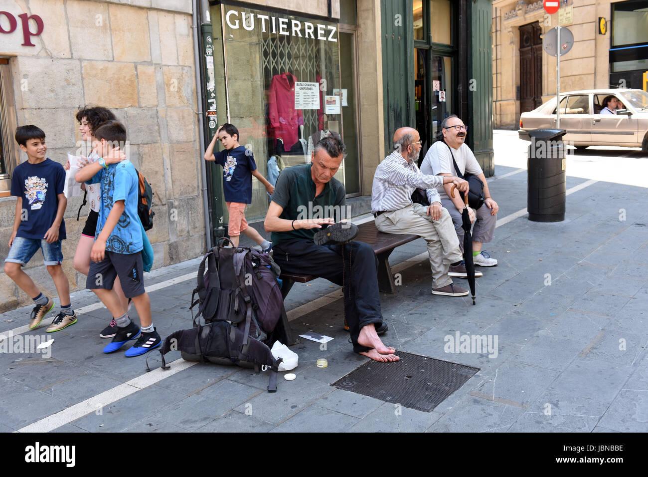 Randonneur walker son nettoyage des bottes à Pampelune en Navarre d'Espagne Photo Stock