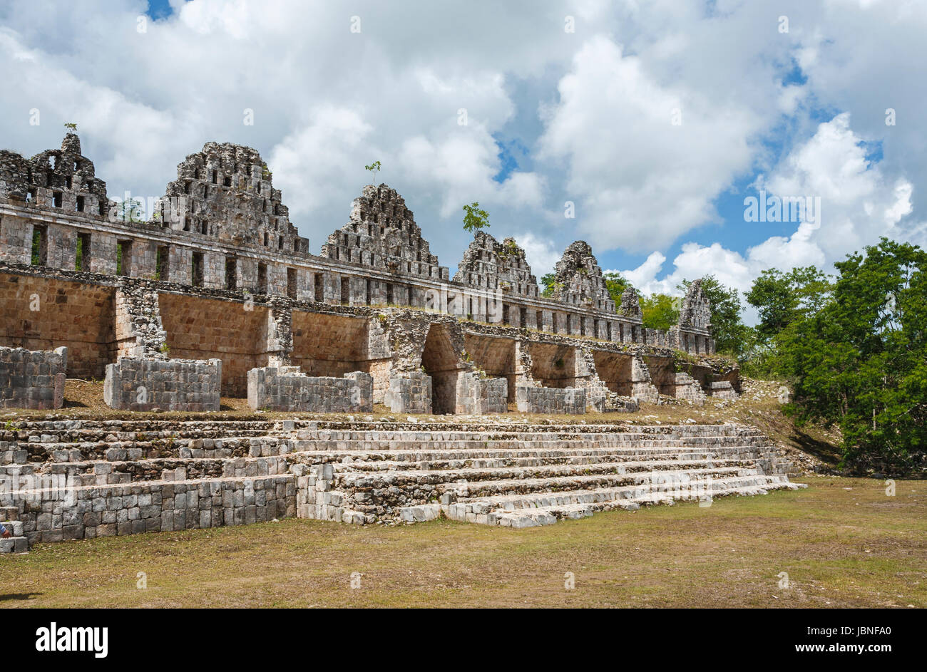 l 39 architecture maya mur en ruine uxmal une ancienne ville maya et site arch ologique pr s. Black Bedroom Furniture Sets. Home Design Ideas