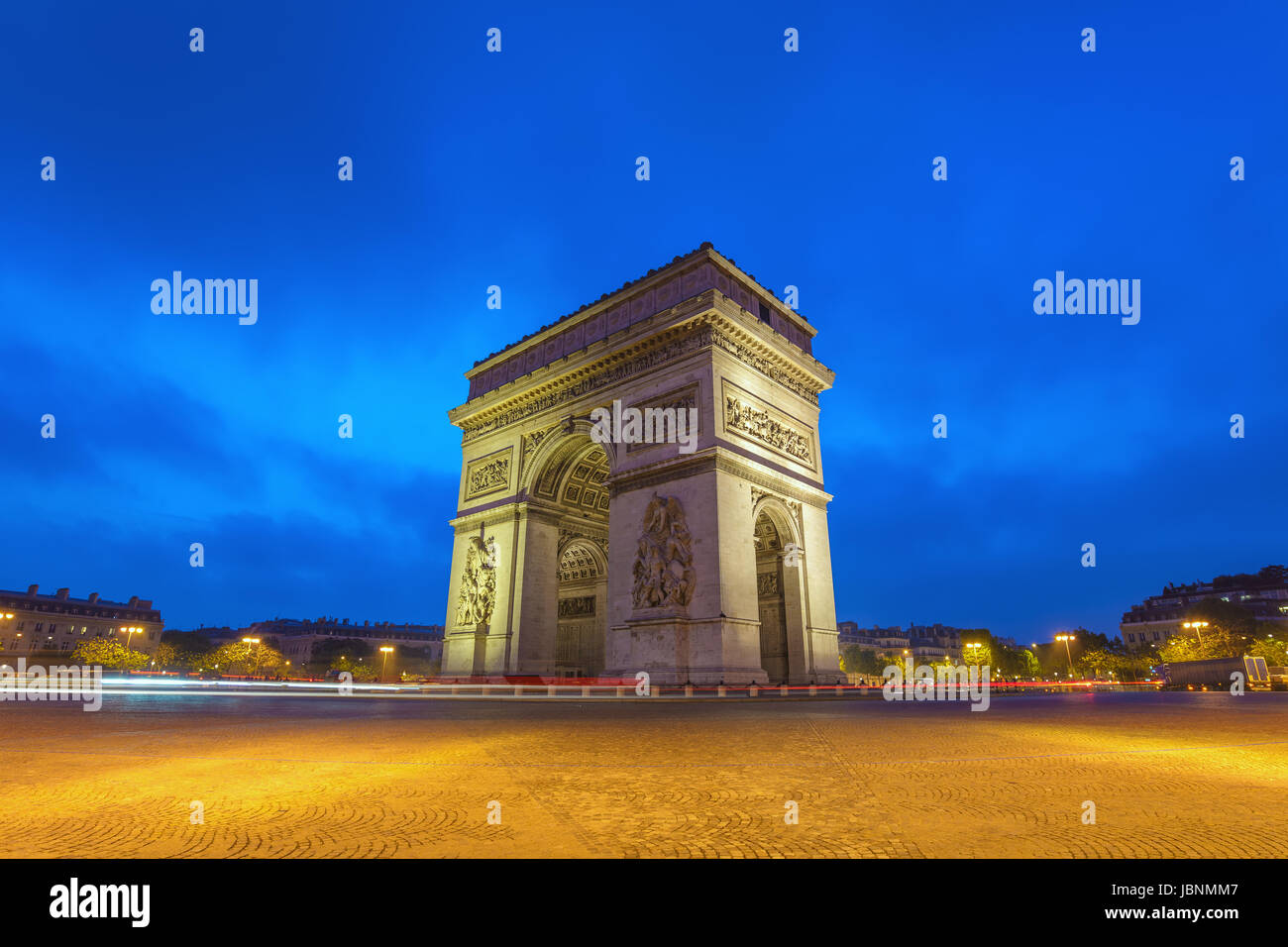 Les toits de la ville de Paris à l'Arc de Triomphe et des Champs Elysées quand le lever du soleil, Photo Stock