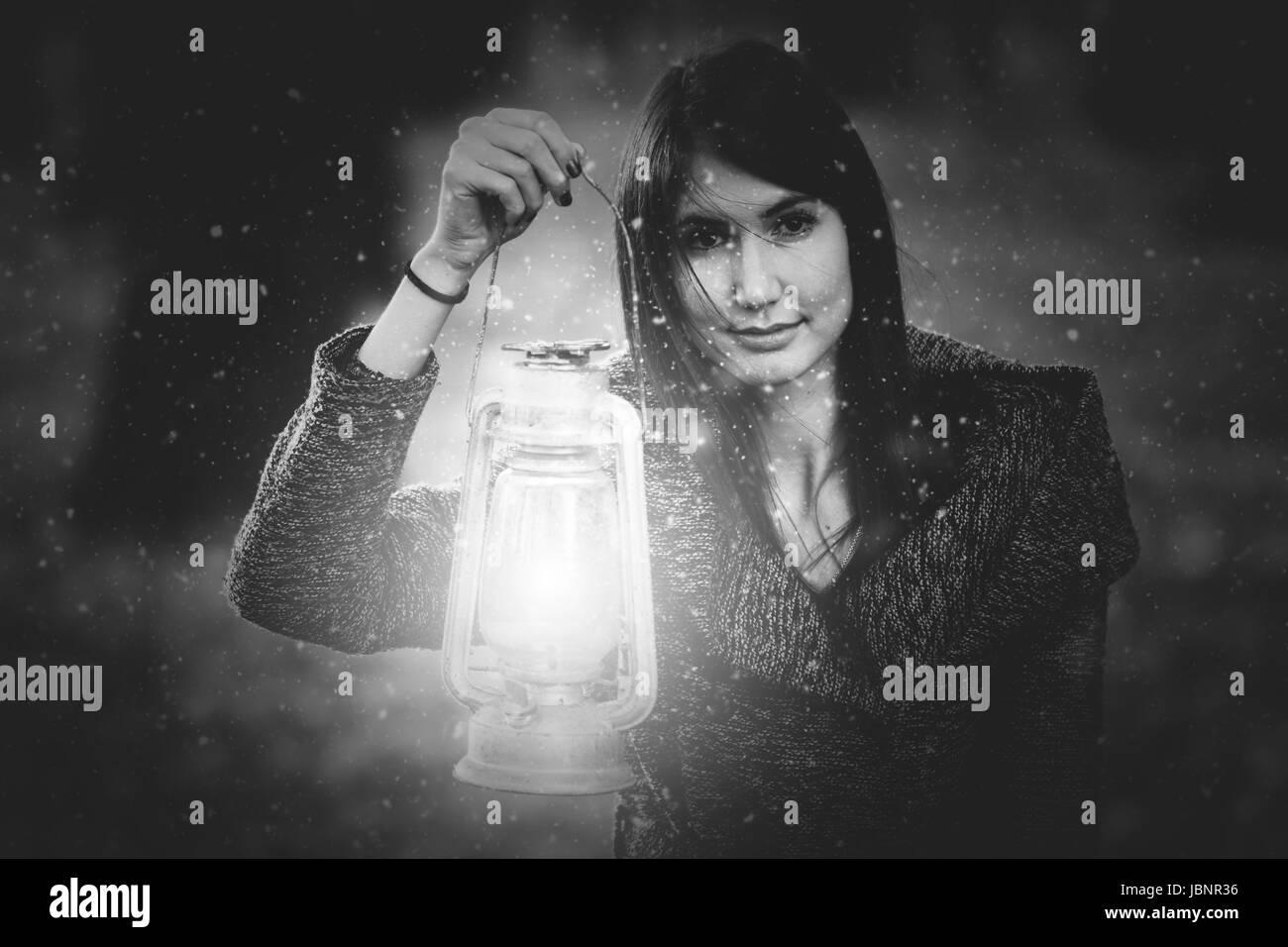 Femme avec lanterne en forêt d'hiver Photo Stock