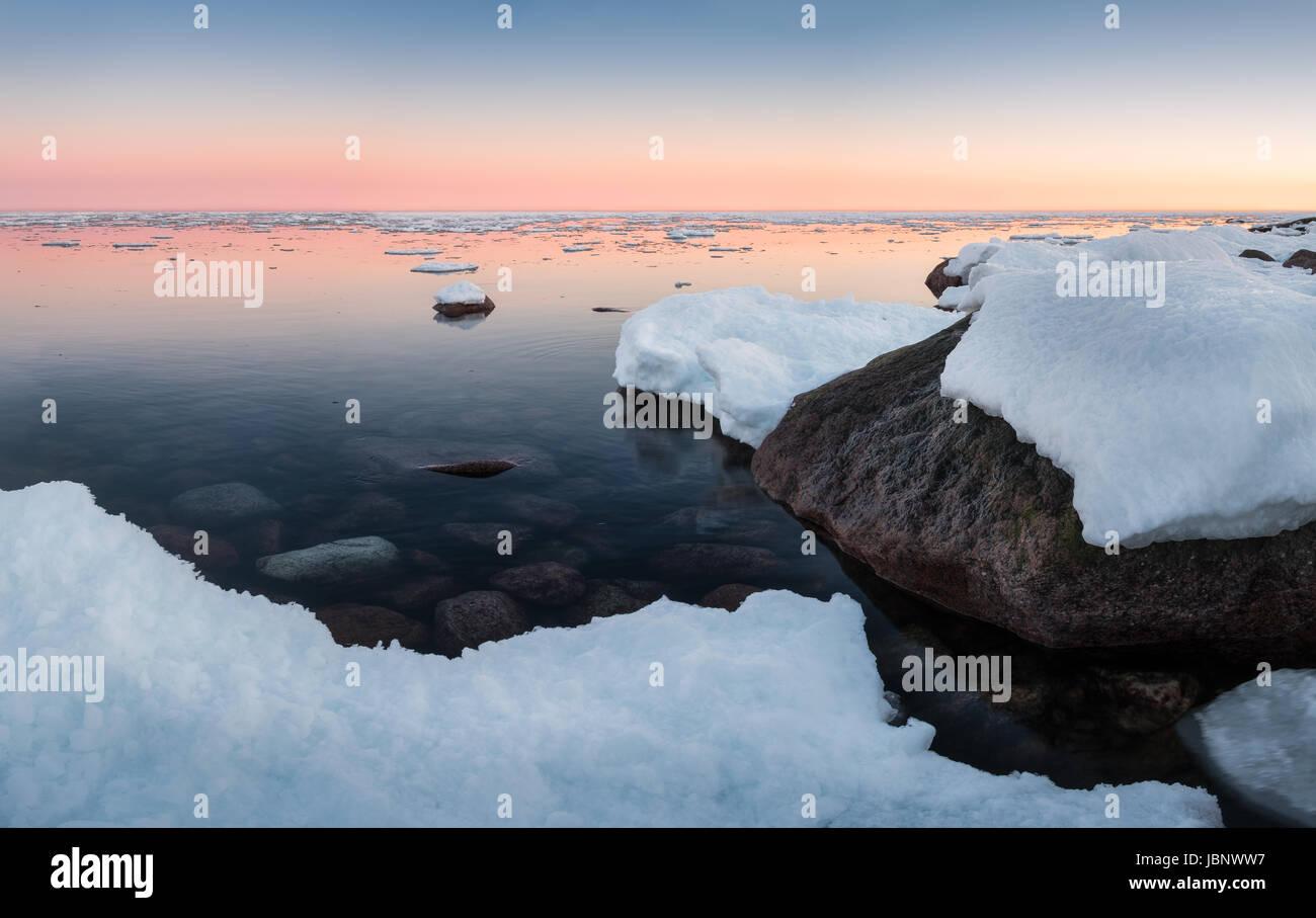 Paysage panoramique avec vue sur la mer et le coucher à l'heure d'hiver Photo Stock