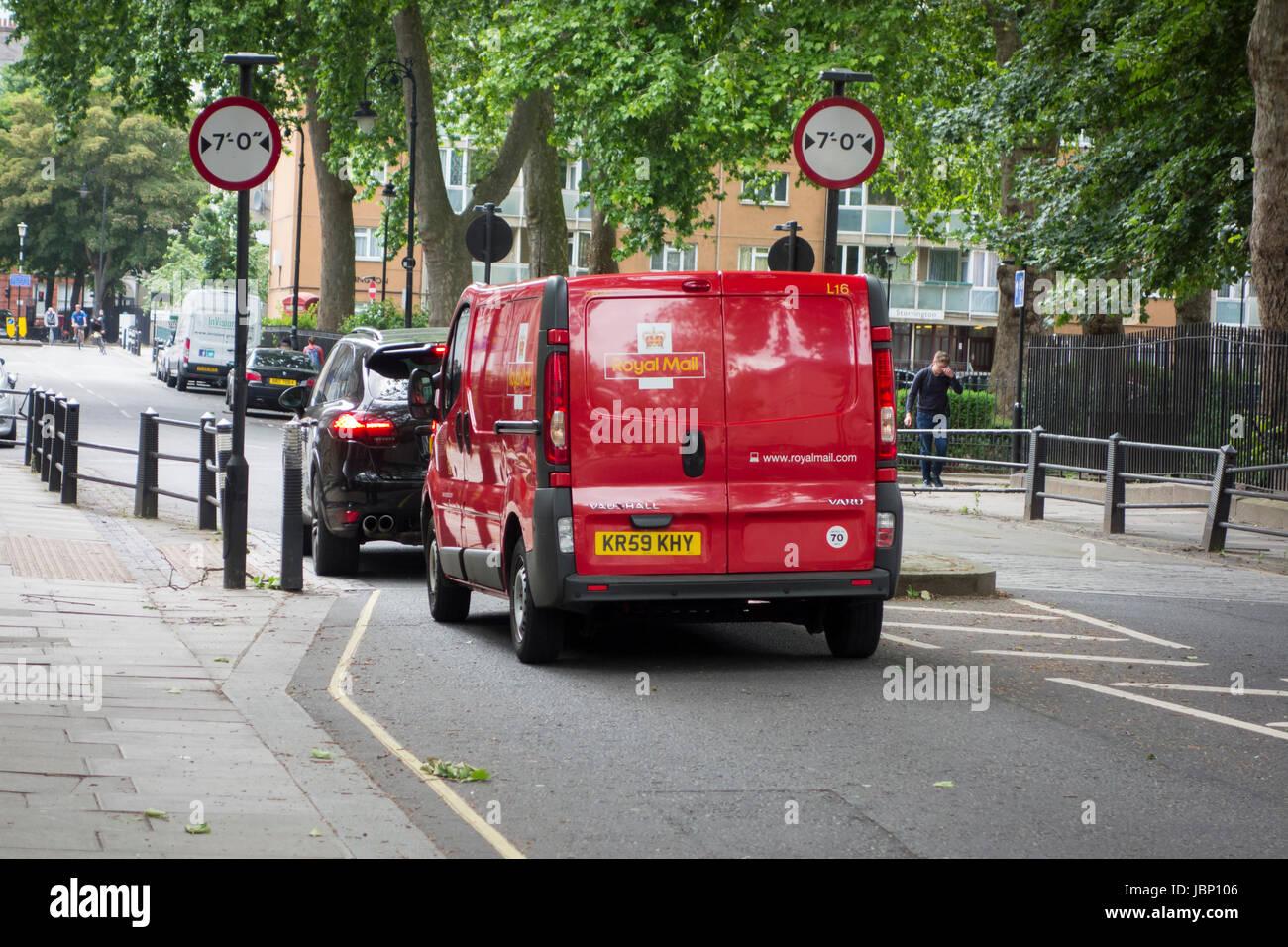 SUV et Royal Mail van conduisant par 7' / 7 pieds de largeur largeur Limite de trafic mesurer, Regent Square, Photo Stock