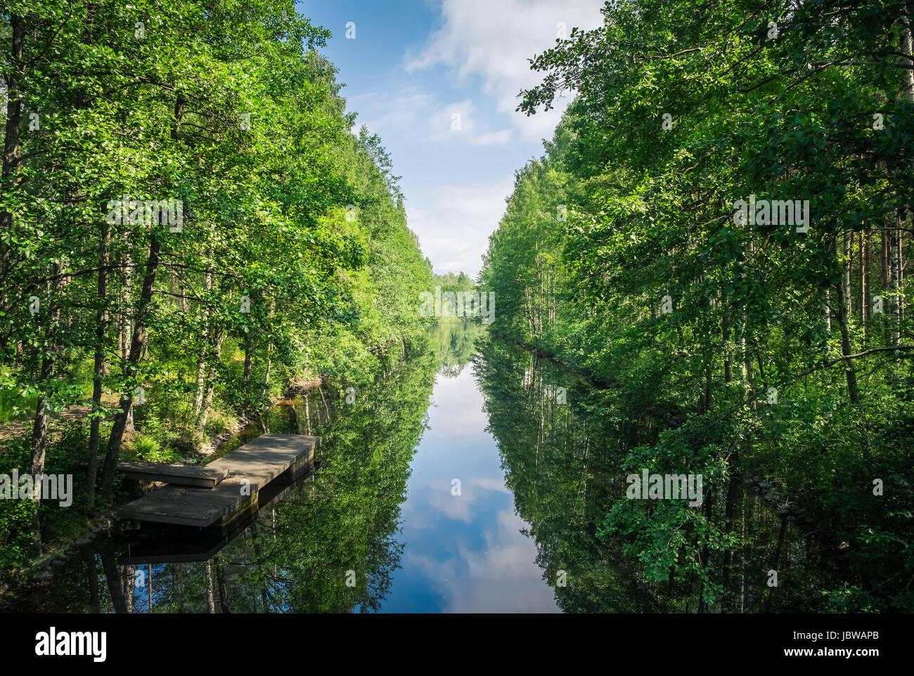 Paysage pittoresque, avec canal et une végétation luxuriante à bright journée d'été Photo Stock