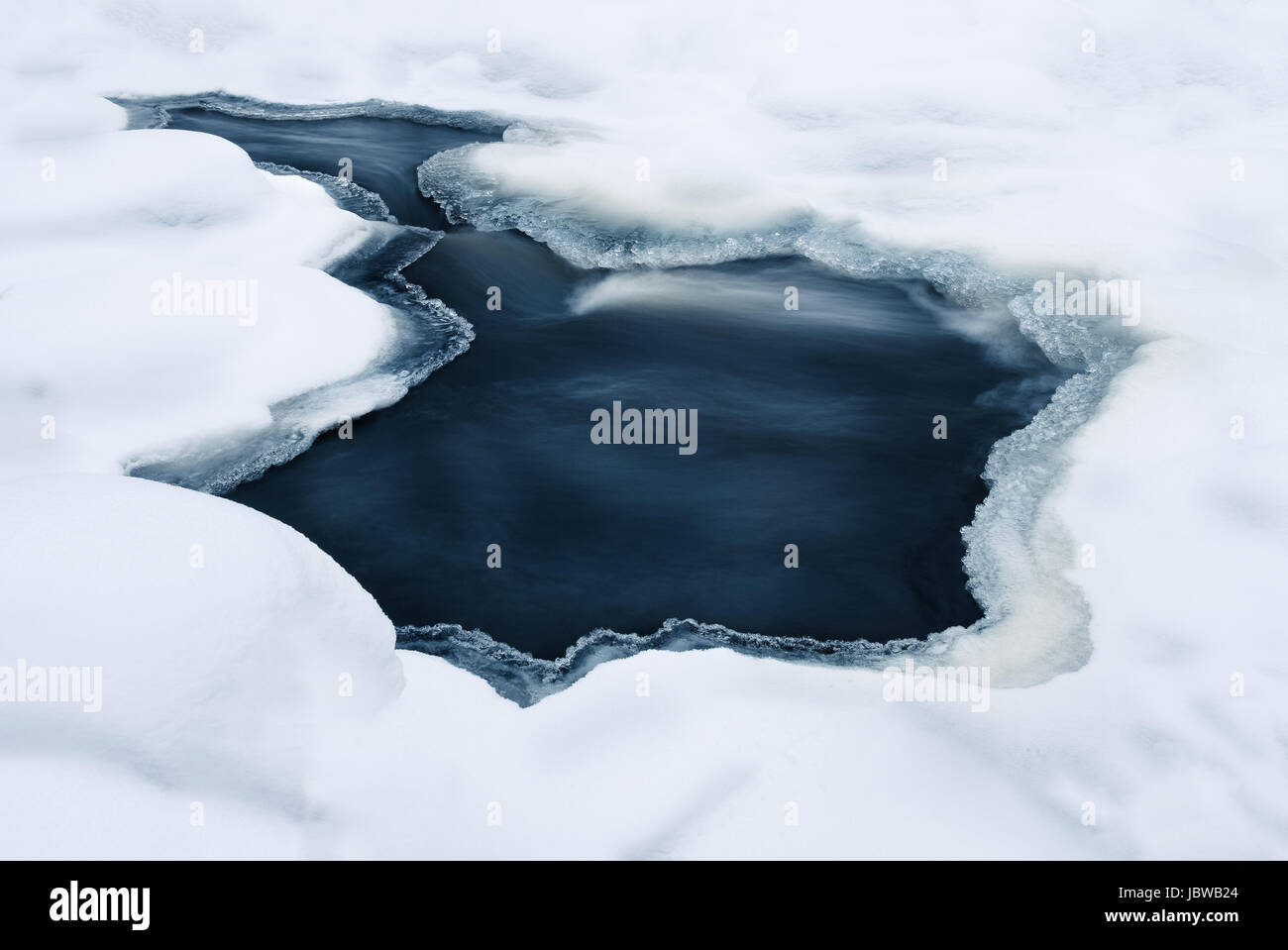 Close-up à partir de la rivière rapide à l'heure d'hiver Photo Stock