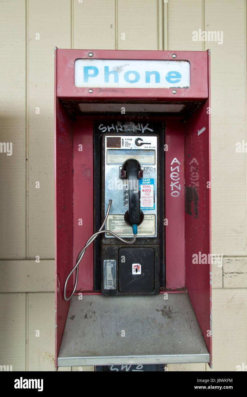 Coin operated abandonnés téléphone public payant avec coin presse, ancien centre commercial. Photo Stock