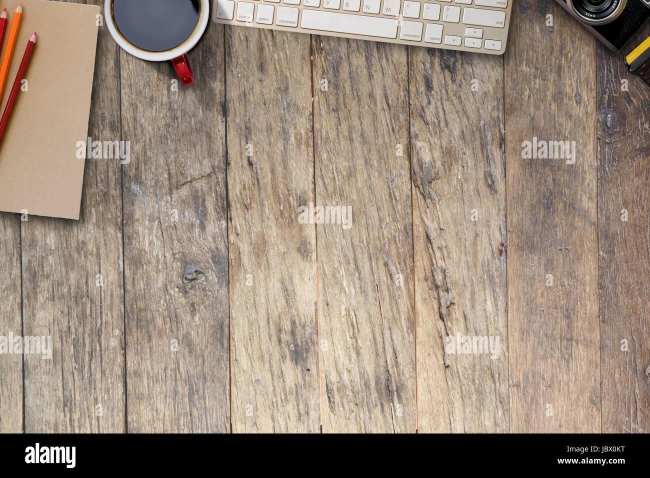 Table bureau en bois avec les fournitures de bureau vue