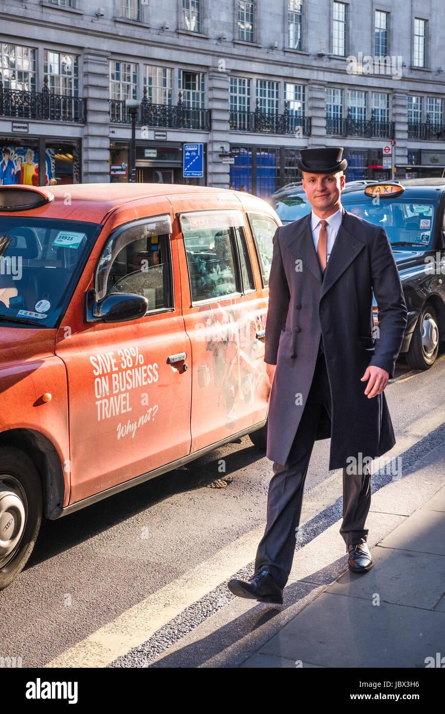 Un concierge et un London Cab,Regents Street,London,UK Banque D'Images