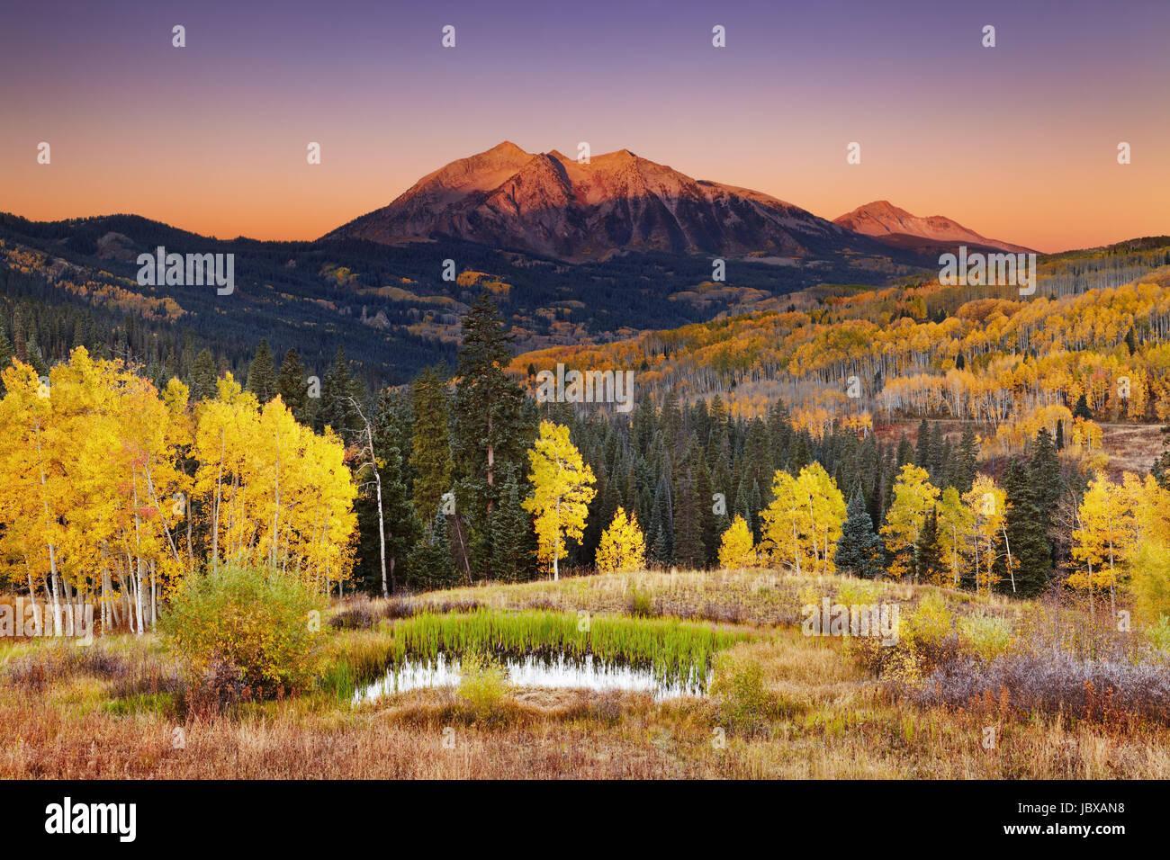 À l'est la montagne au lever du soleil près de Beckwith Kebler Pass in West Elk Mountains, Colorado, USA Banque D'Images
