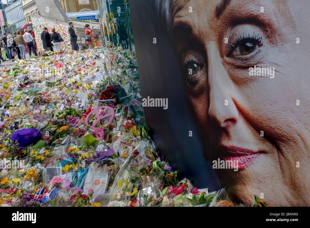 Publicité Le visage d'une dame d'âge moyen symbolise la compassion et sympathie dans le sanctuaire Photo Stock