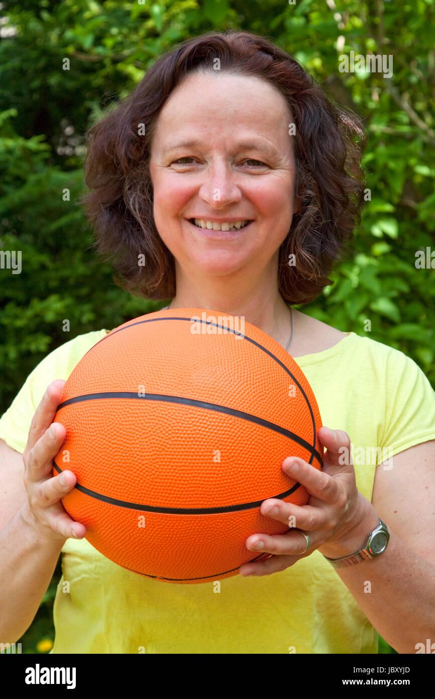 Femme avec tir de basket-ball- Photo Stock