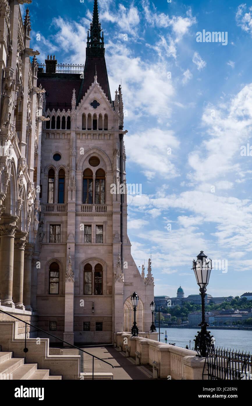 Budapest, Hongrie - La terrasse de la Bibliothèque du Parlement vers le Danube Banque D'Images