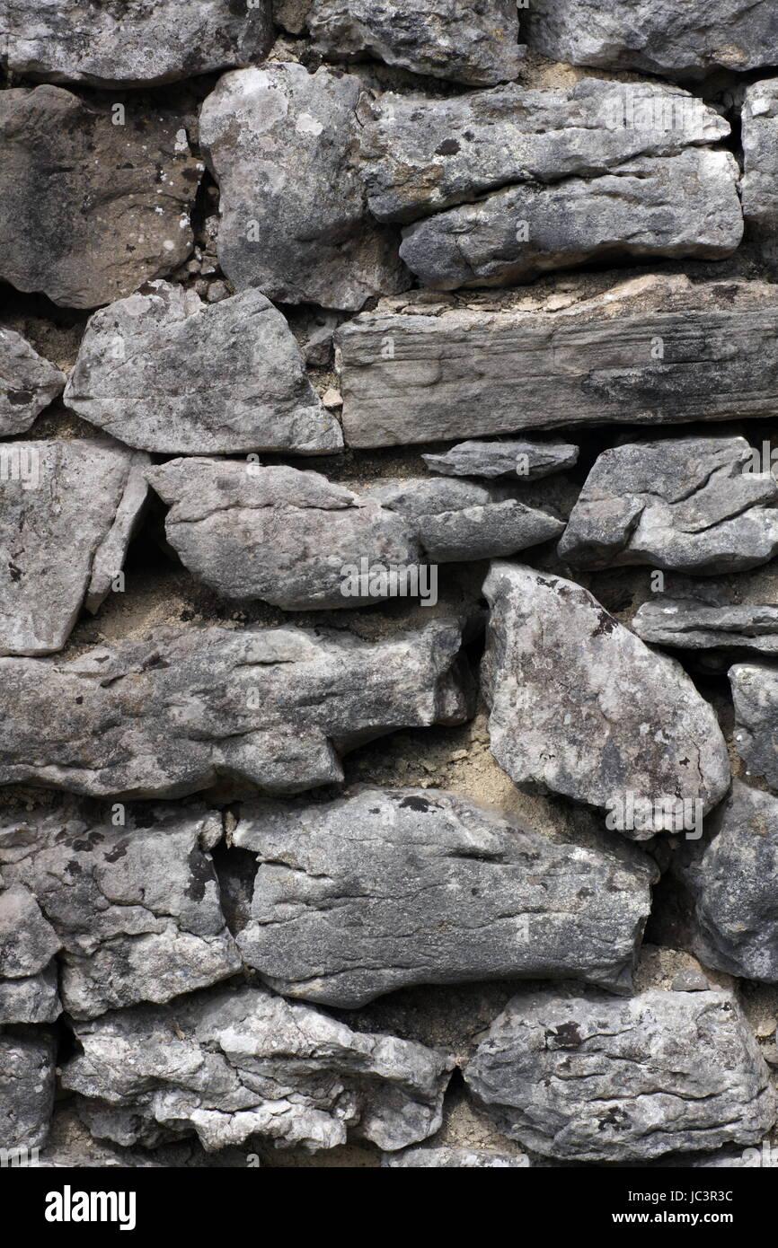 Un exemple d'un mur en pierre sèche dans le Yorkshire Dales, North Yorkshire, UK. Banque D'Images