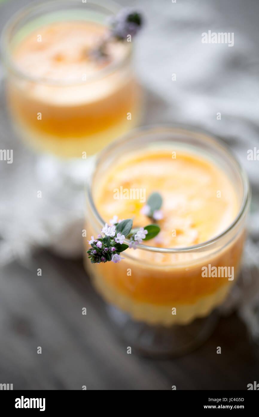 Avec le jus de carotte, pomme et orange Photo Stock