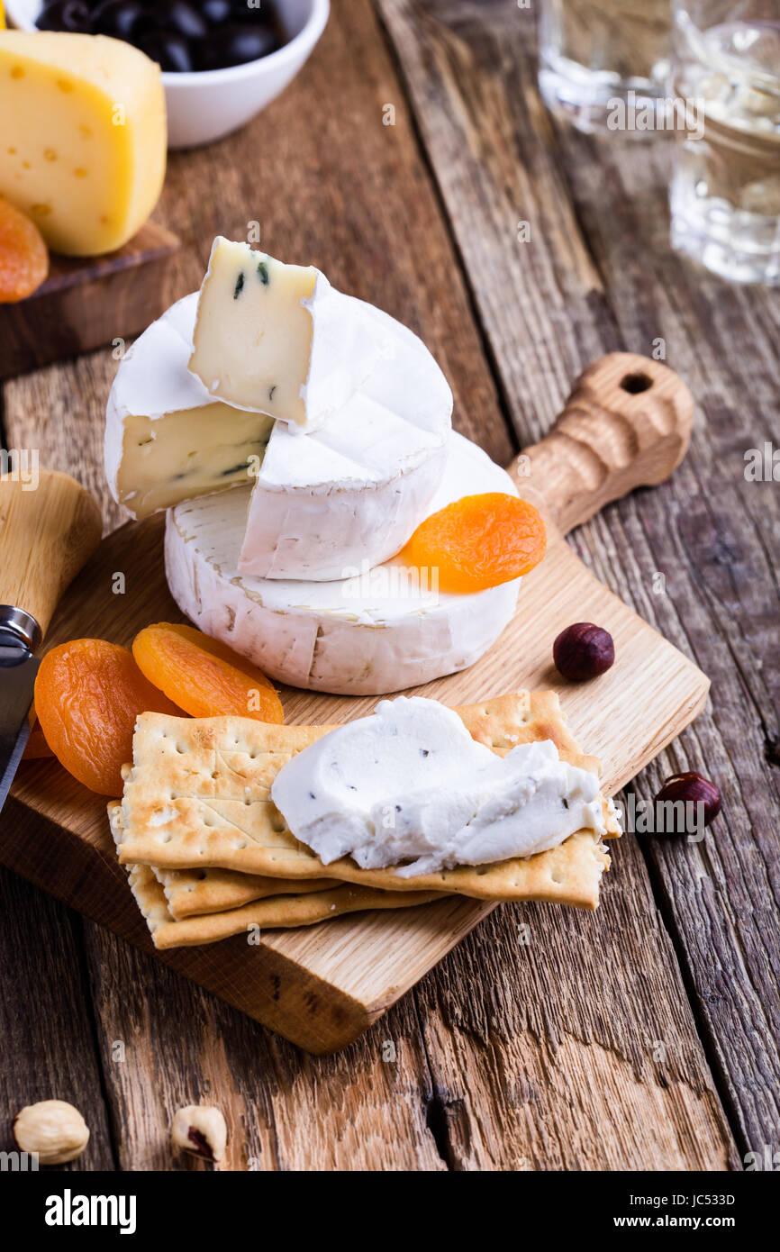 Du fromage et du vin de table, parti de parfait apéritif sur planche de bois rustique Photo Stock