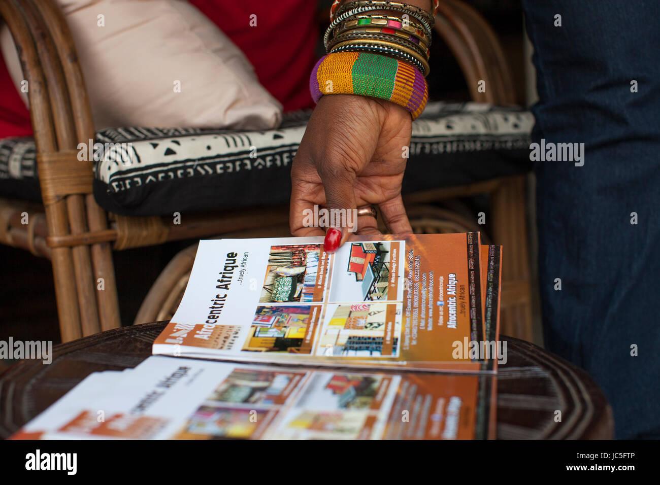 Une femme parcourt par une brochure, le Nigeria, l'Afrique. Photo Stock