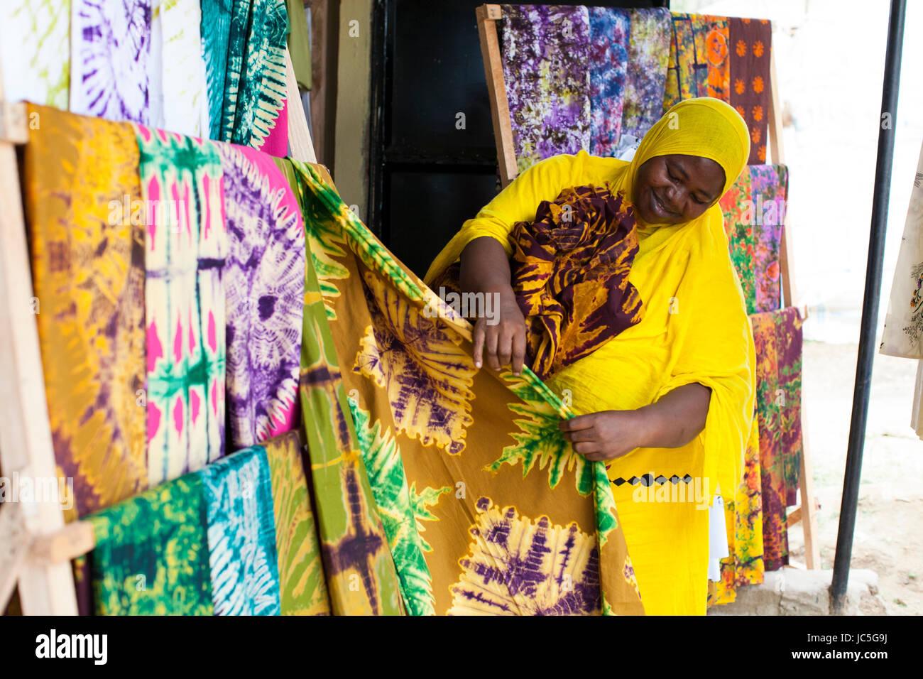 Un batik femme propriétaire de petite entreprise, Tanzania, Africa Photo Stock