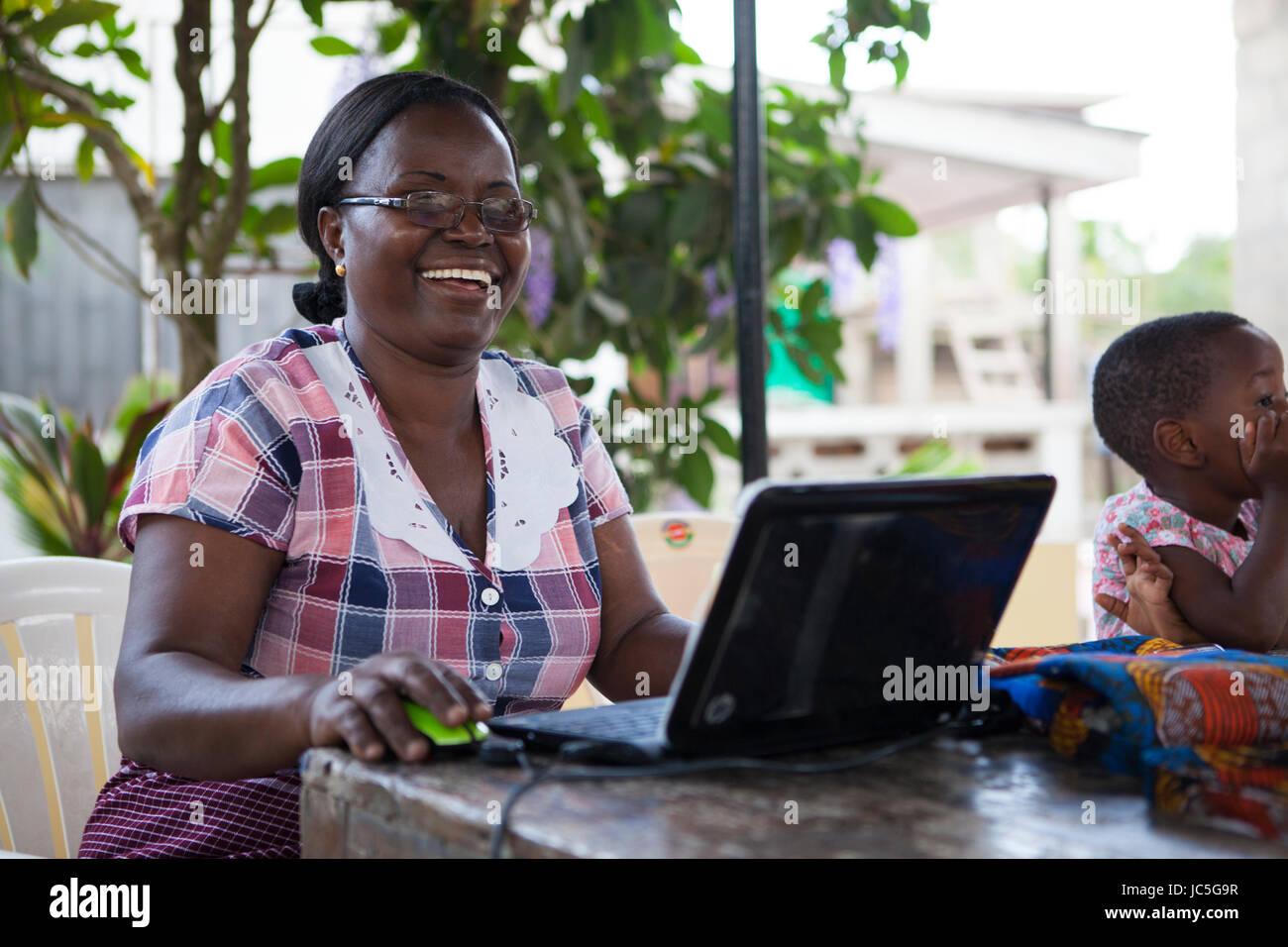 Une femme propriétaire de petite entreprise sur son ordinateur, Tanzania, Africa Photo Stock