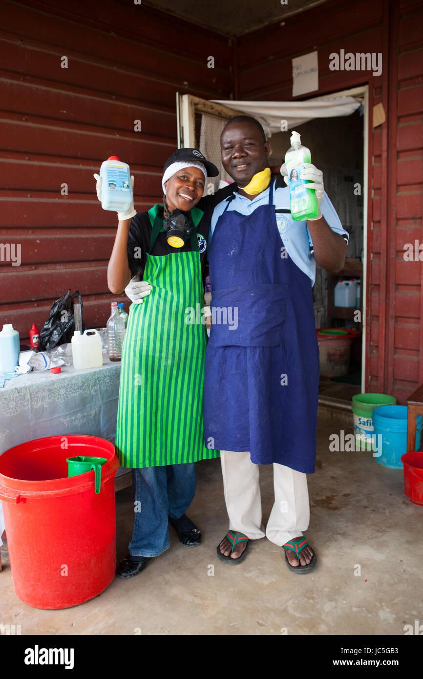 Les propriétaires de petites entreprises qui produisent des produits de nettoyage. La Tanzanie, l'Afrique Photo Stock