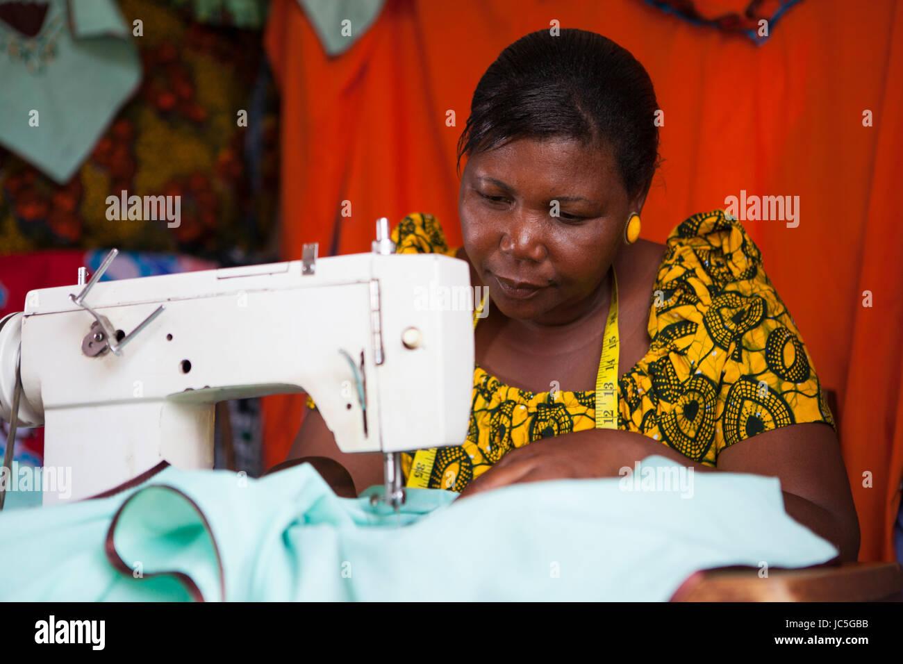 Femme tailleur, Tanzanie, Afrique. Photo Stock