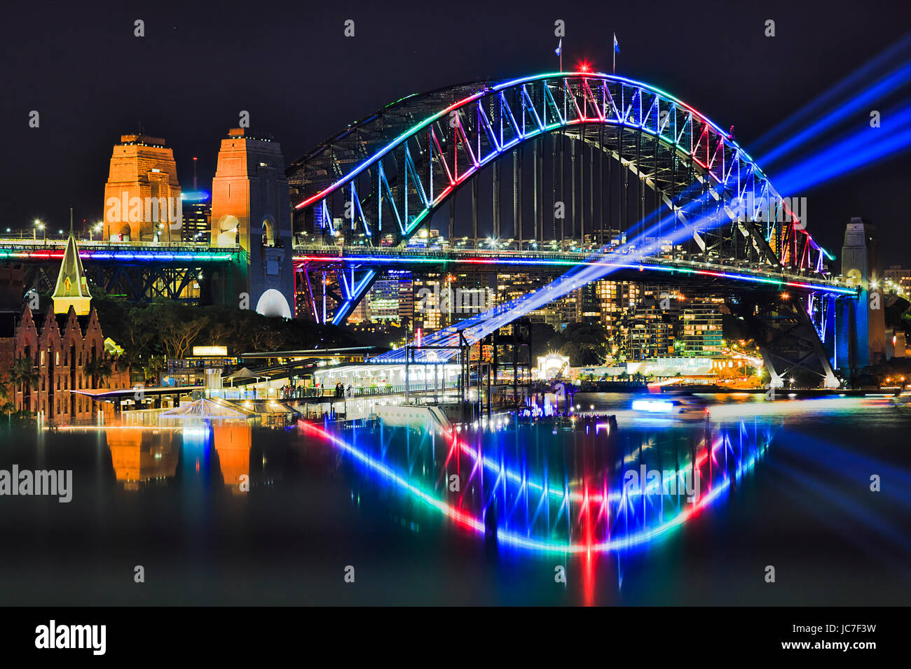 Arch multi couleur de Sydney Harbour Bridge avec réflexion floue pendant Vivid festival de Sydney en 2017. Photo Stock