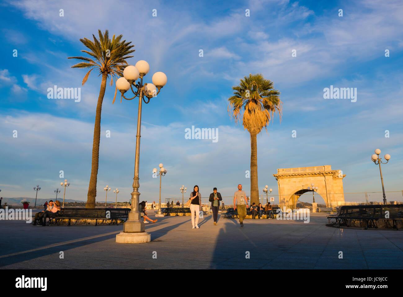 Cagliari Sardaigne Castello, au coucher du soleil les gens se promener dans la Terrazza Umberto l près de la Photo Stock