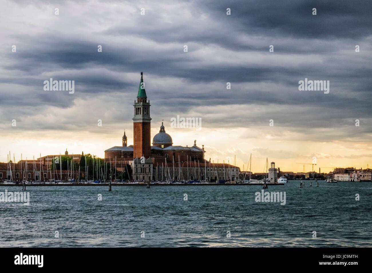 Venise, Italie. Vue sur le bassin de Saint-Marc avec l'église de San Giorgio Maggiore,Black,ciel nuageux Photo Stock