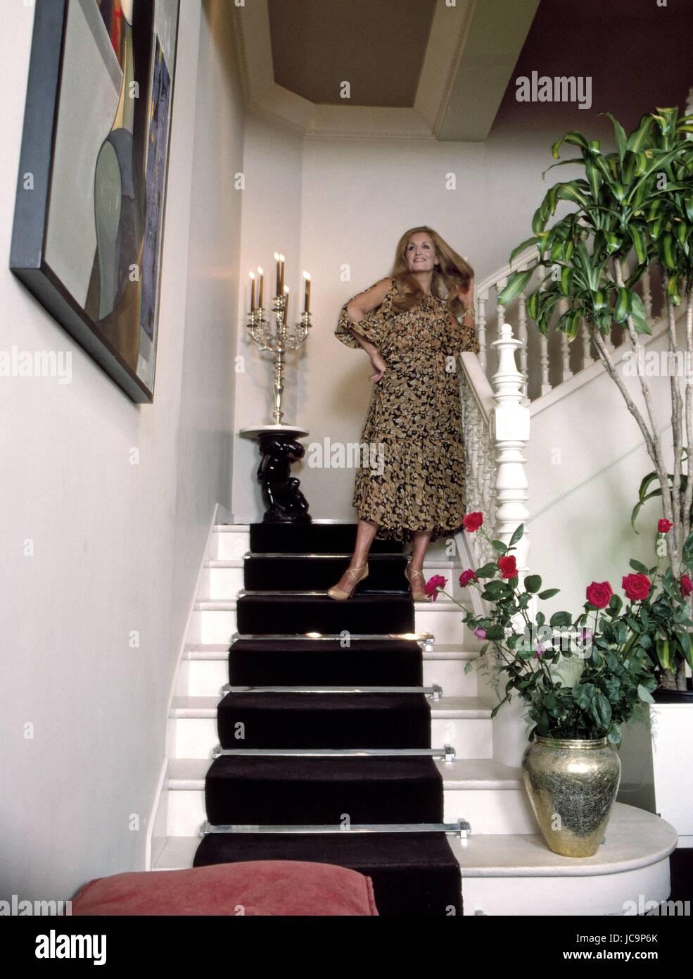 La chanteuse fran aise dalida posant dans sa chambre situ - Adresse chambre des notaires de paris ...