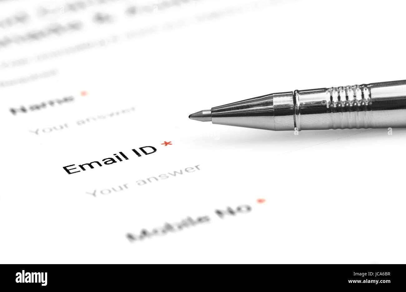 Le dépôt d'un formulaire avec e mail id avec stylo à bille Photo Stock