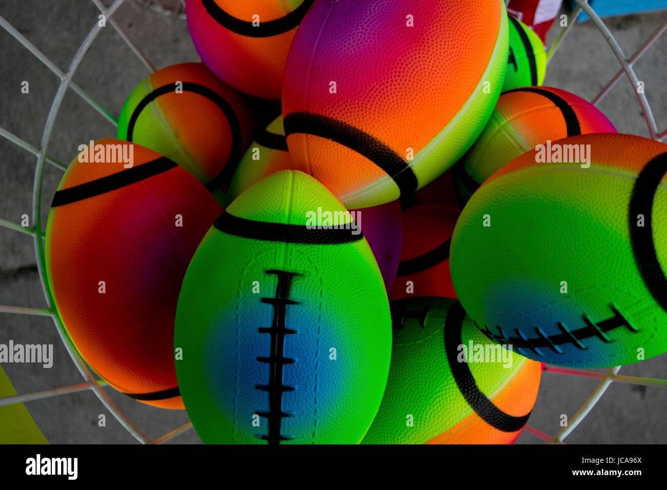 Ballons Jouets colorés fluorescentes dans un fil bin Banque D'Images