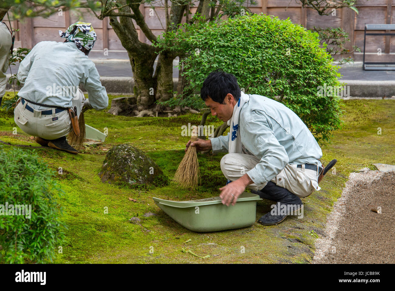 La purification du jardin à Ginkaku-ji, Kyoto, Japon. Photo Stock