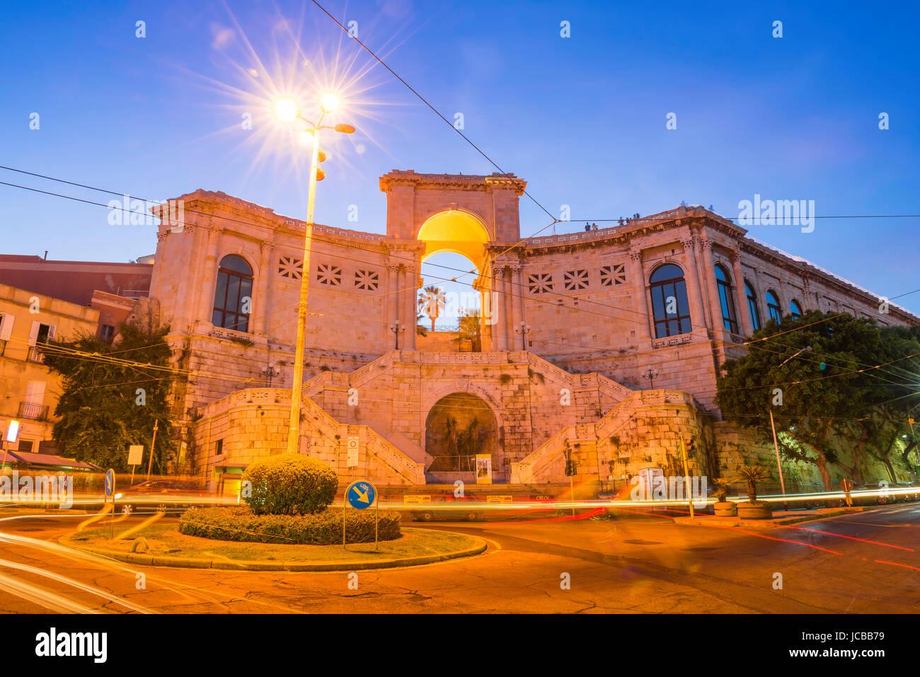 Cagliari Bastione di San Remy, vue de la nuit de la Piazza Costituzione à Cagliari avec la Bastione di San Photo Stock