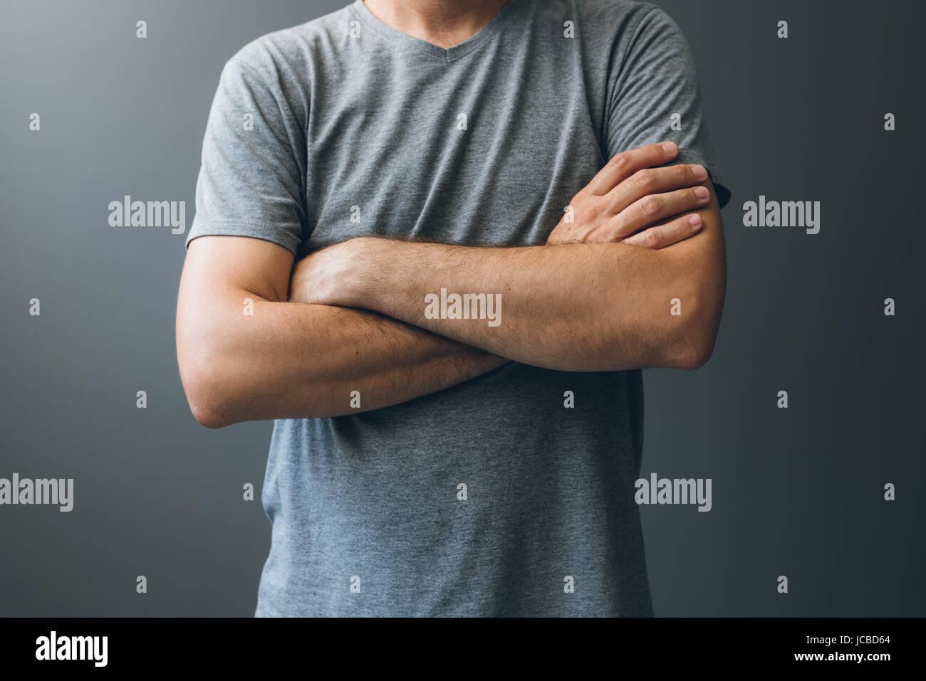 Homme adulte décontracté avec les bras croisés, le langage du corps pour soulager le stress, le masquage Photo Stock