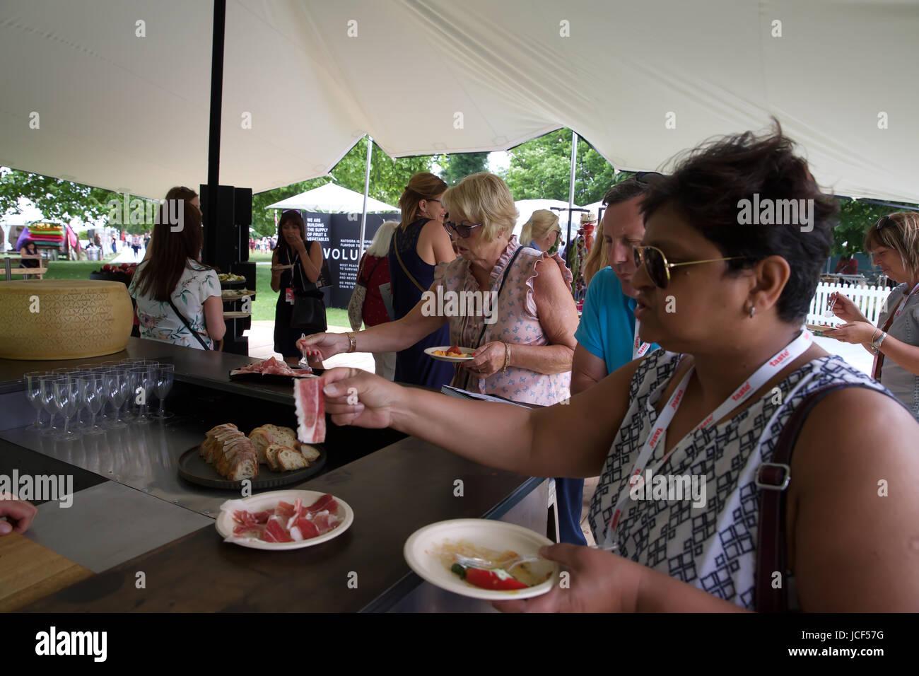 London,UK,15 juin 2017,Goût de Londres a lieu à Regents Park. Goût de Londres est la vitrine des meilleurs restaurants de la capitale, et les grands chefs de file de l'industrie des aliments et boissons marques. Un événement qui a lieu deux fois par année, il y a des démonstrations de cuisine ainsi que des masterclasses interactive. Il court jusqu'au 18 juin 2017©Keith Larby/Alamy Live News Banque D'Images