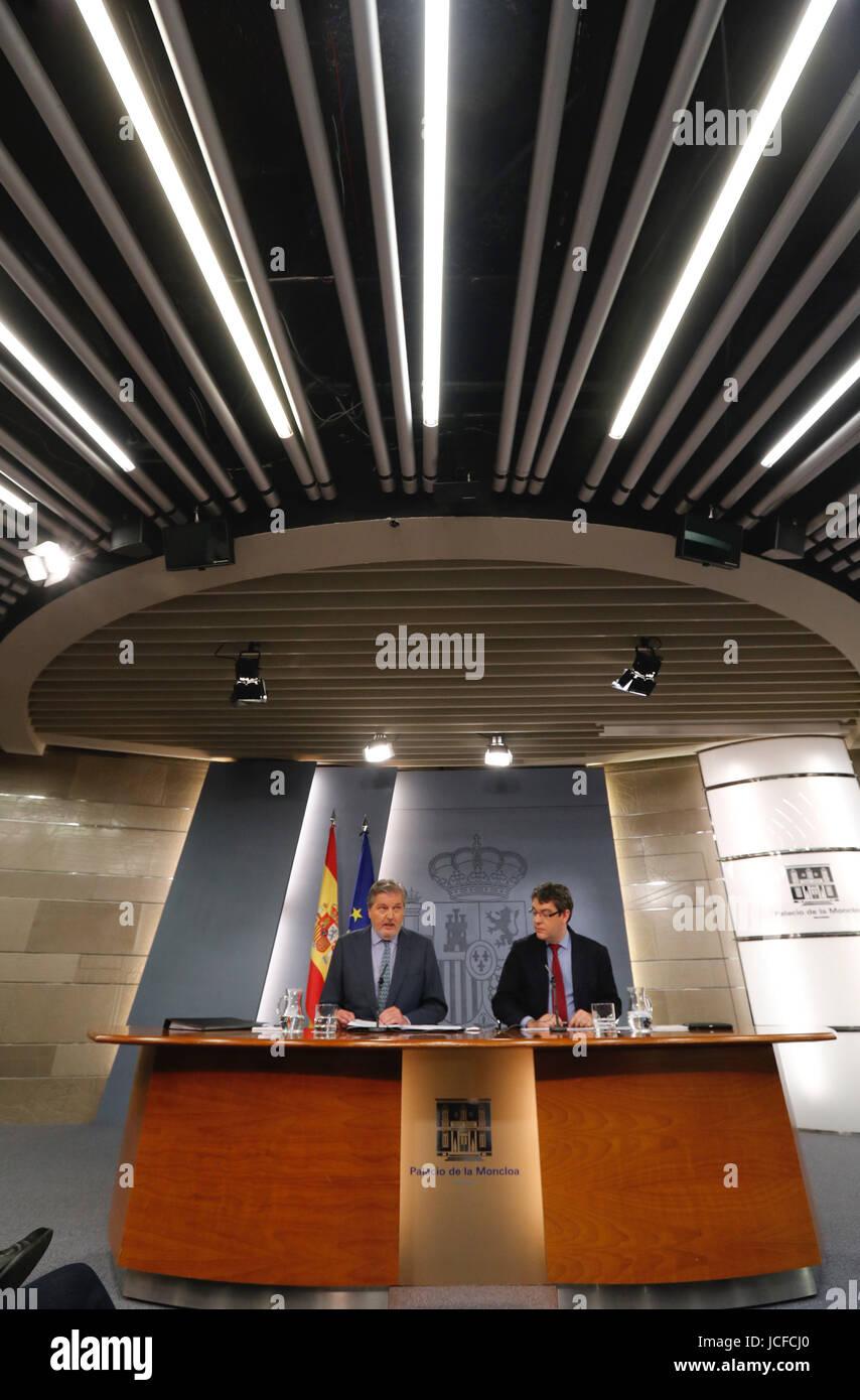 Porte-parole du gouvernement espagnol, Inigo Mendez de Vigo (L), et de l'énergie, du Tourisme et de l'Agenda Photo Stock