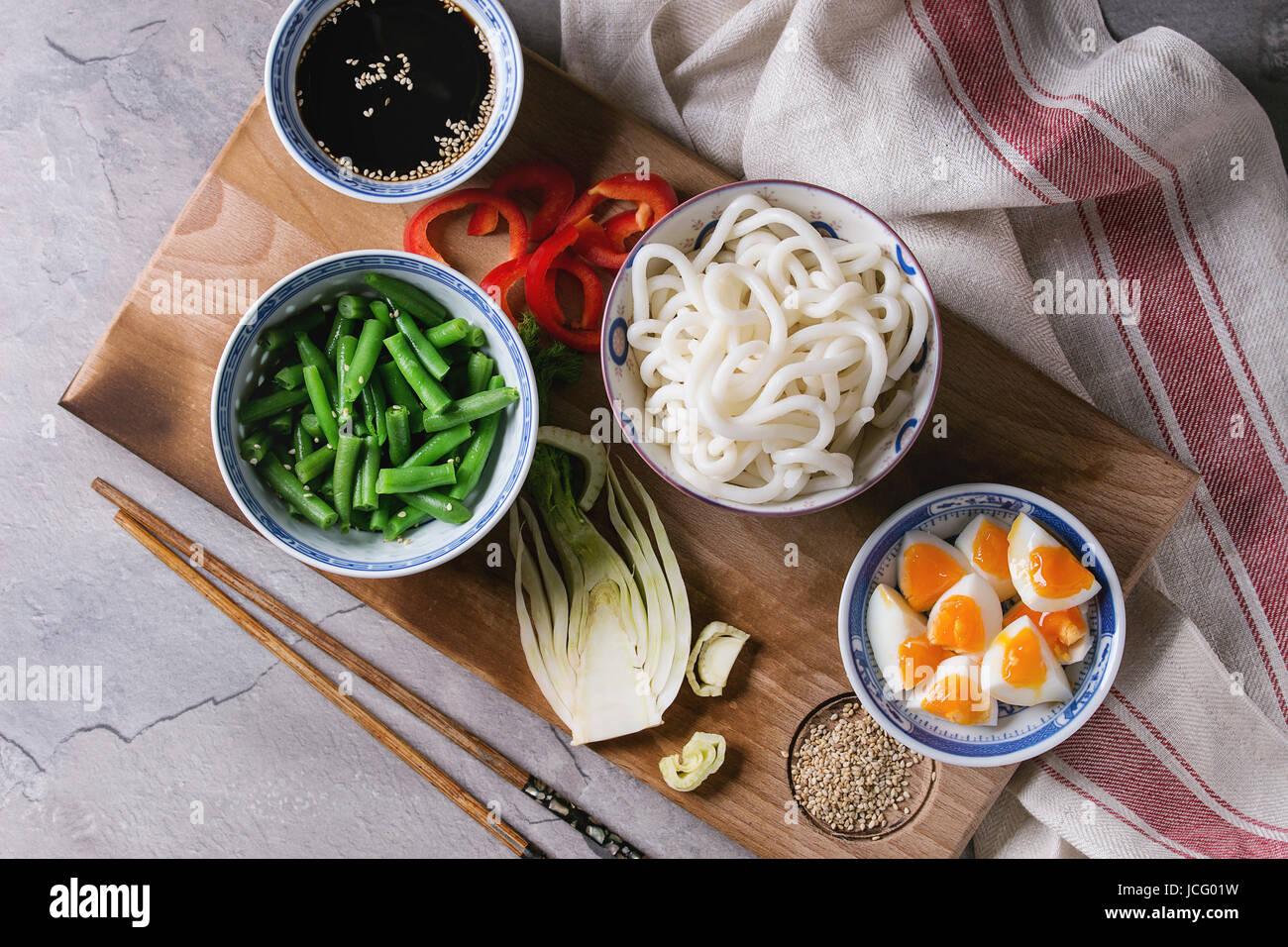 Ingrédients pour la cuisson faire revenir les nouilles Udon, haricots verts, tranchés paprika, œufs durs, de la Banque D'Images