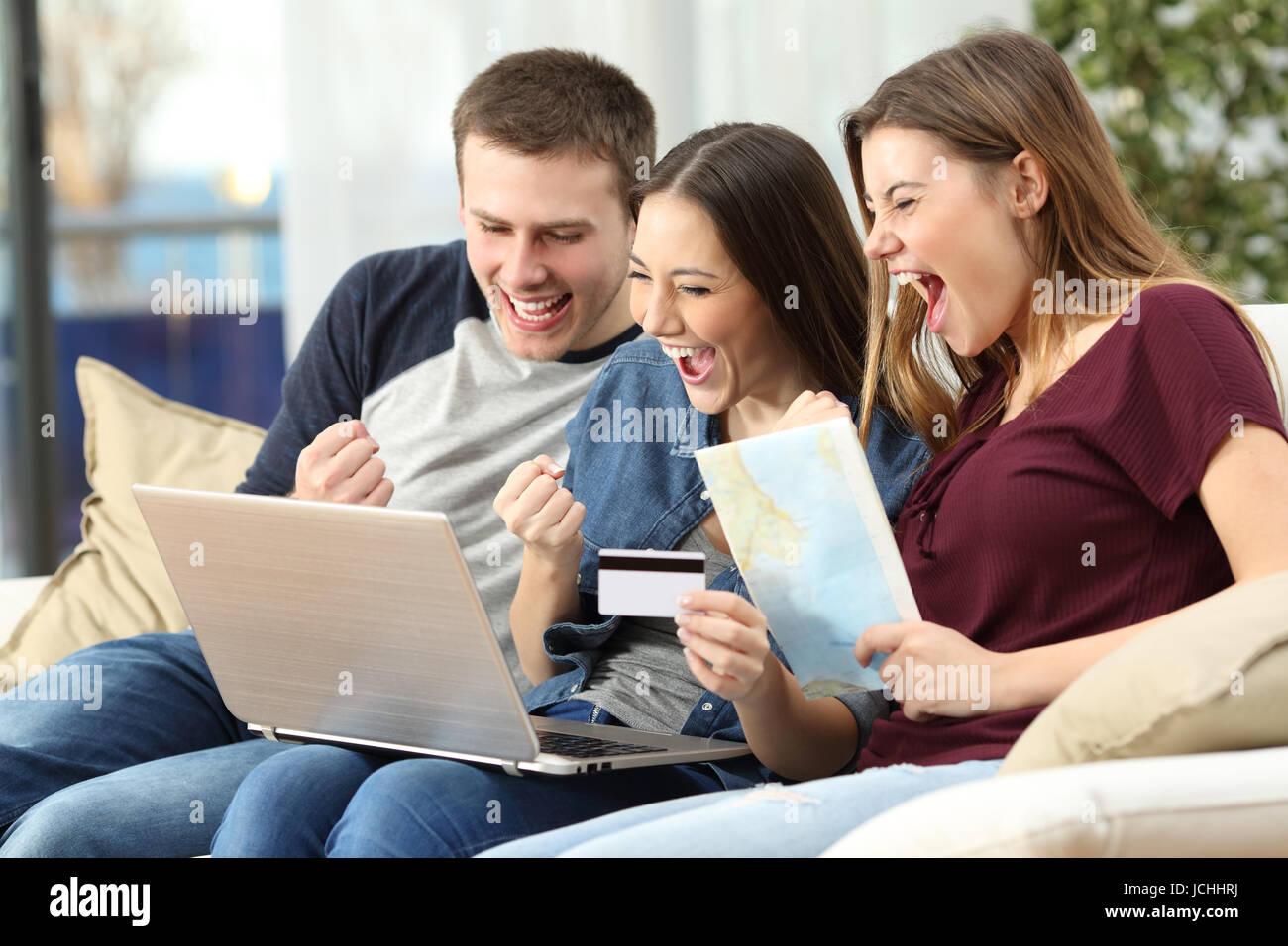93e83d78b3fe9 Trois amis excité l'achat d'un voyage sur la ligne avec une carte