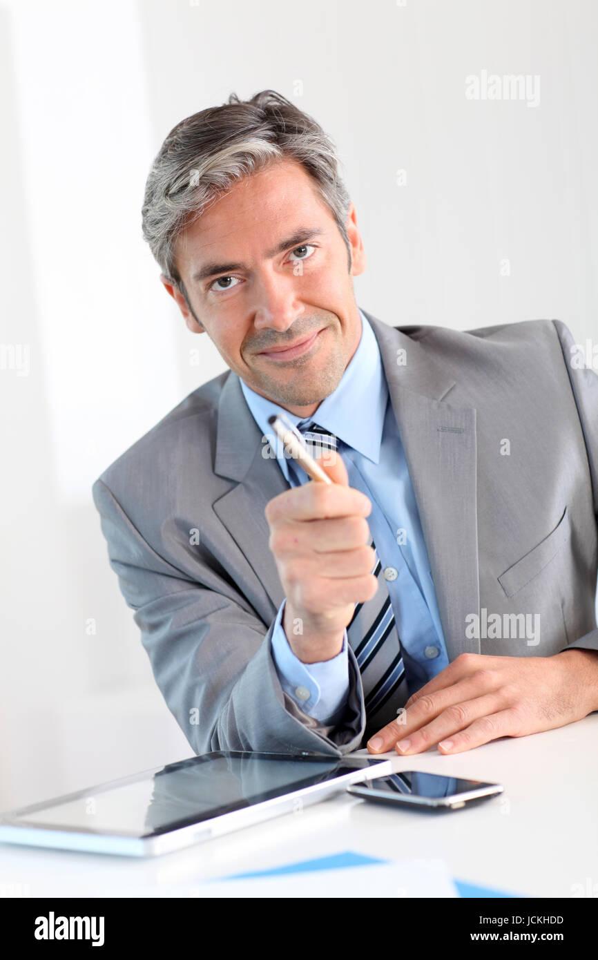 Businessman giving produit avantages au client Photo Stock