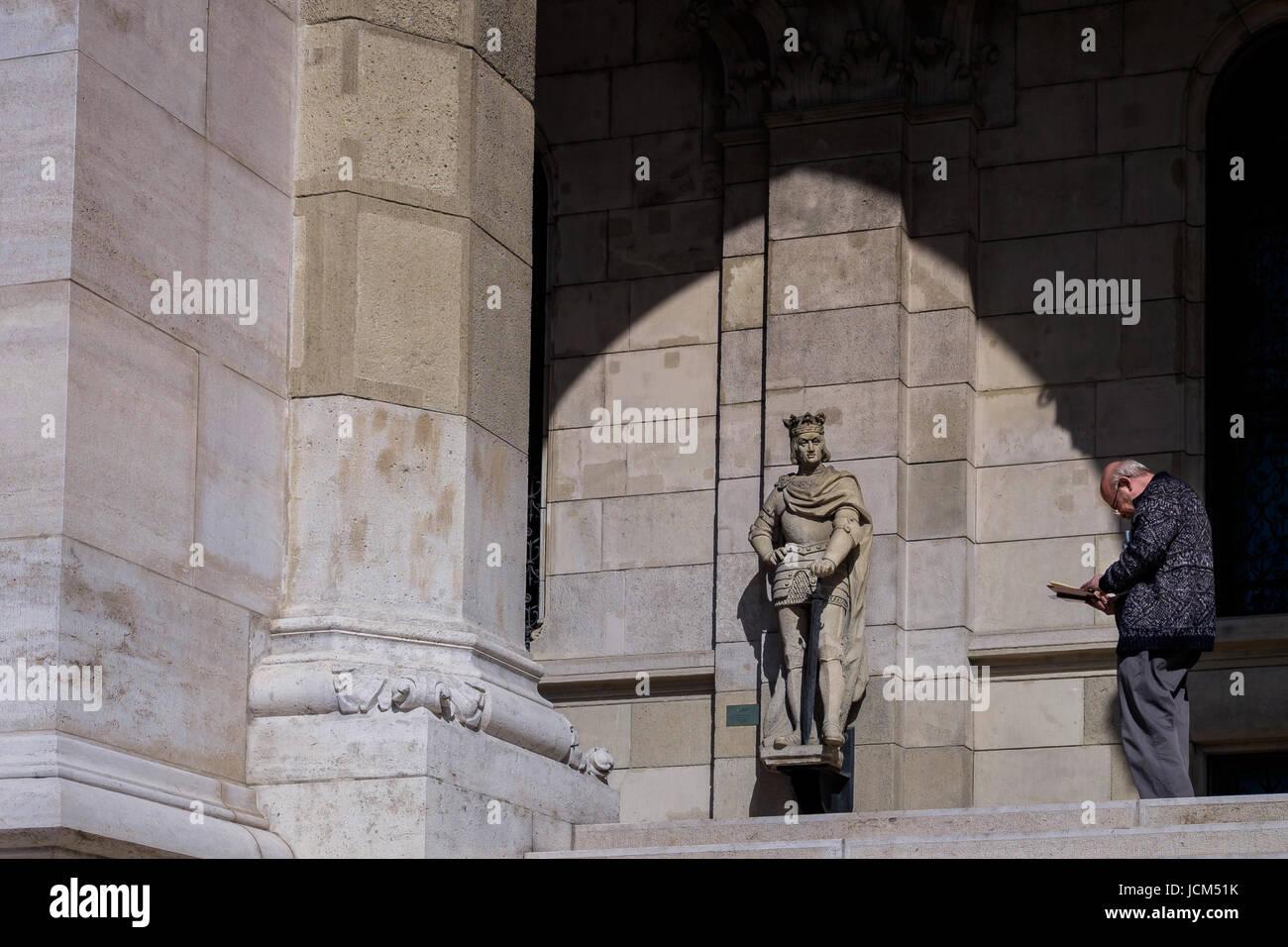 BUDAPEST, HONGRIE - AVRIL 16, 2016: le lecteur sur la terrasse de la Bibliothèque du Parlement Banque D'Images