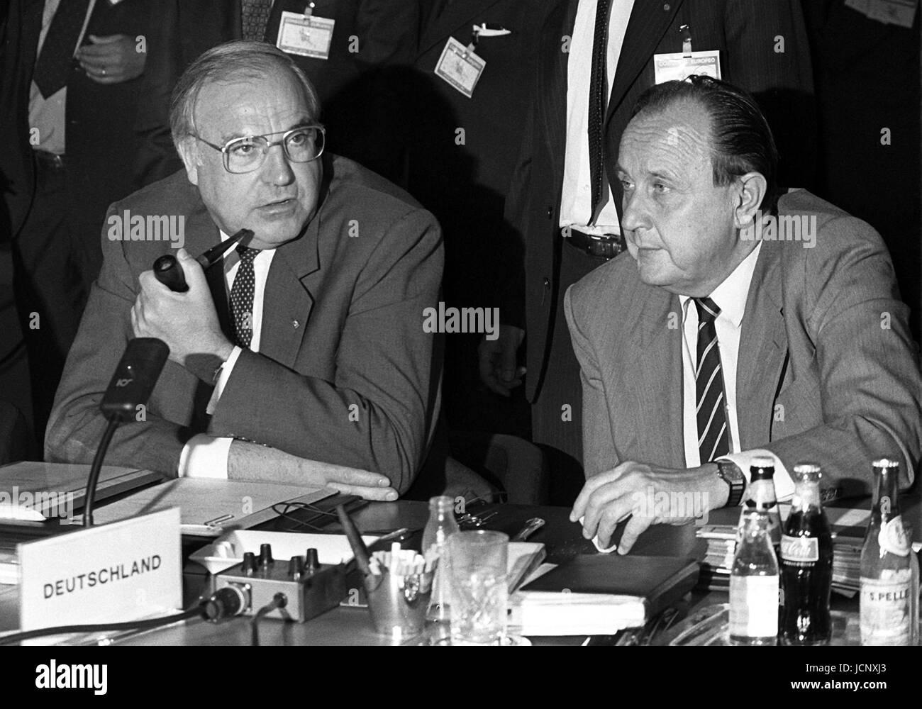 Le chancelier allemand Helmut Kohl (l) et le ministre des affaires étrangères, Hans-Dietrich Genscher (r) à la 32e ce sommet de Villa Sports & Flavors le 28 juin 1985. Banque D'Images