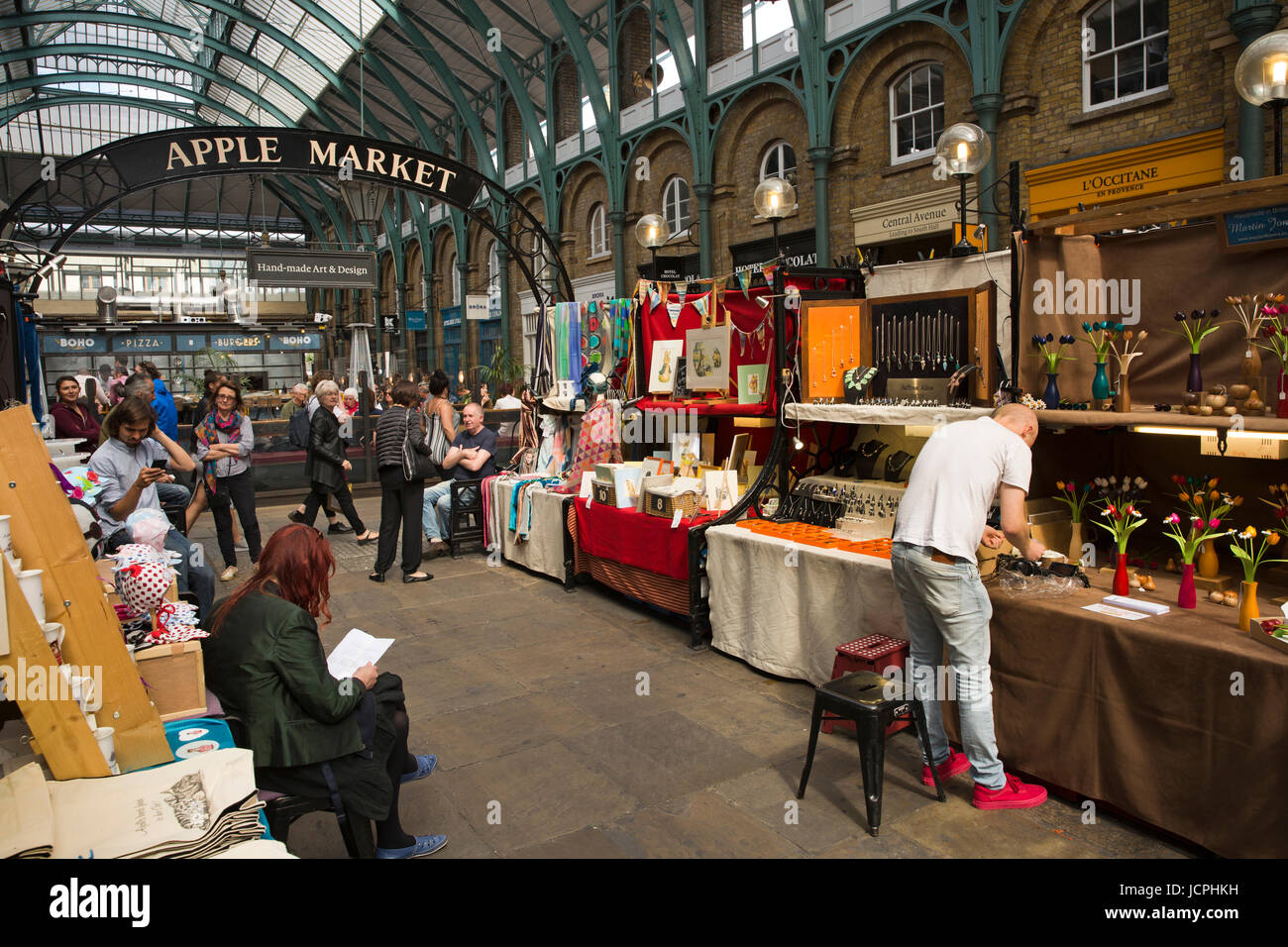 UK, Londres, Covent Garden, de l'intérieur, de l'artisanat marché Apple Photo Stock