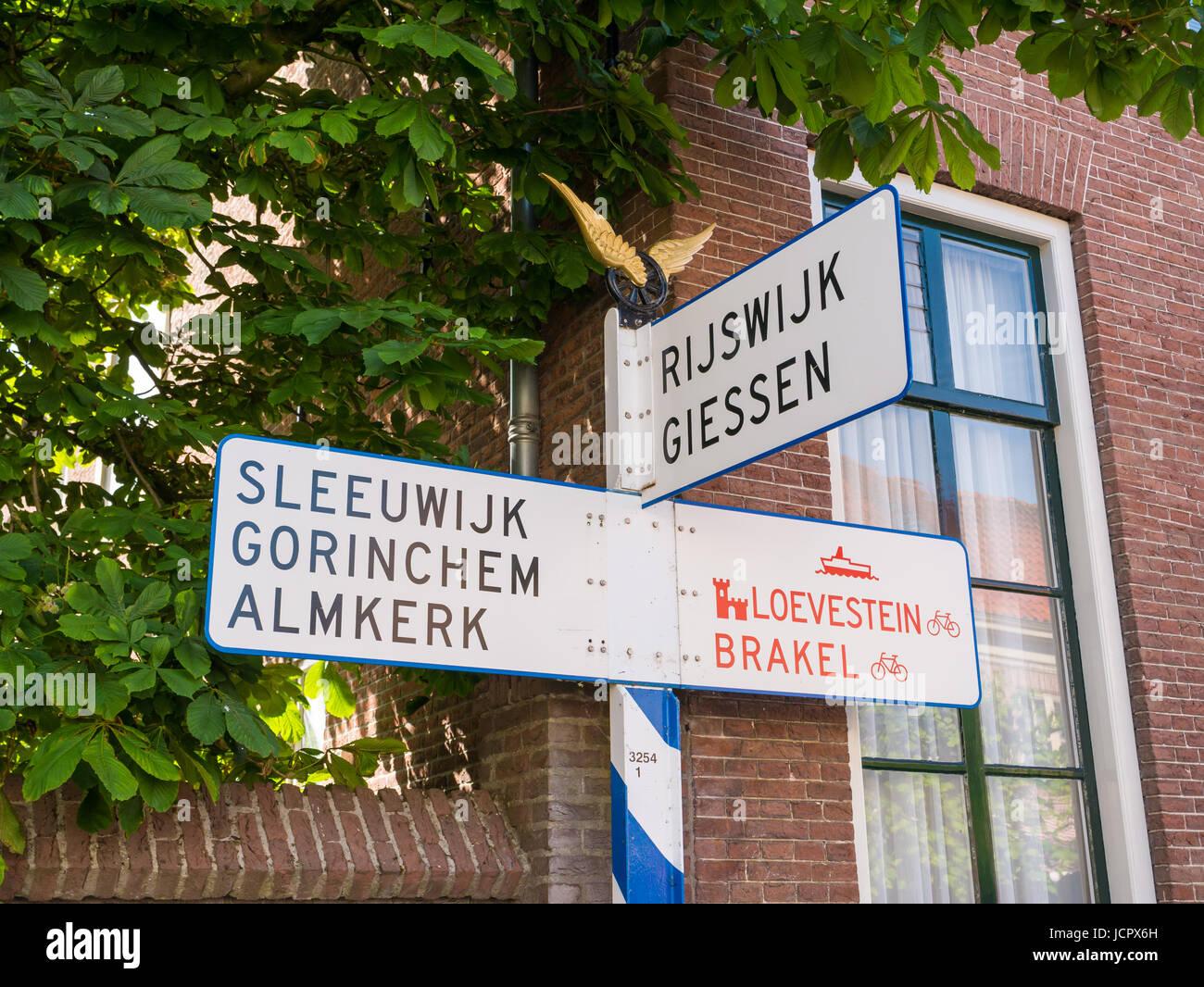 Panneau routier ANWB nostalgique ou panneau routier dans la vieille ville fortifiée de Woudrichem, Noord-Brabant, Photo Stock