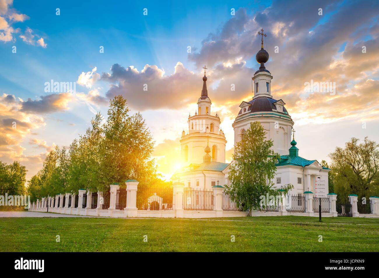 Nuages sur l'église orthodoxe russe au coucher du soleil. Bolshoe Boldino, Russie Photo Stock