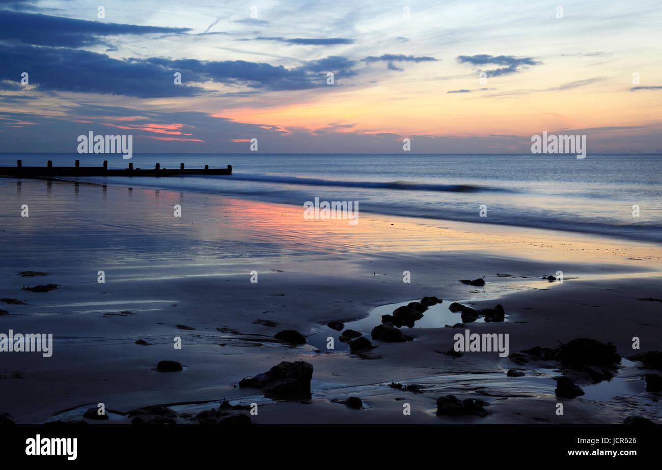 Le soleil se couche sur la mer du Nord et plage de Cromer, Cromer, Norfolk, Angleterre, Europe Photo Stock