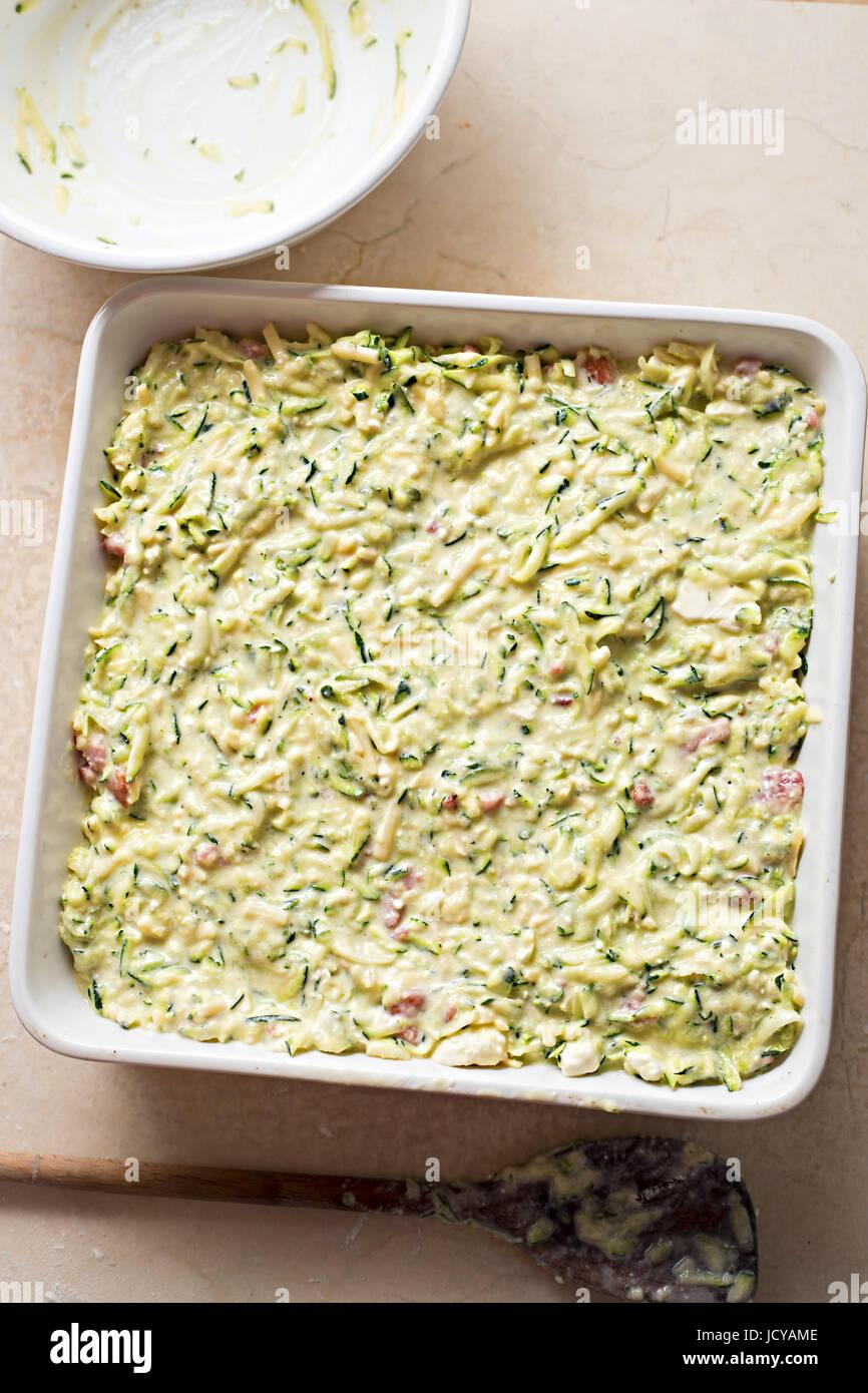 Frittata de courgettes dans le plat de cuisson Four prêt Photo Stock