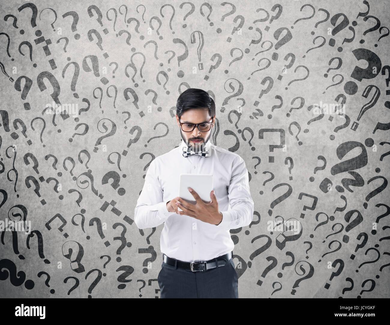 Homme d'essayer de résoudre les problèmes Photo Stock