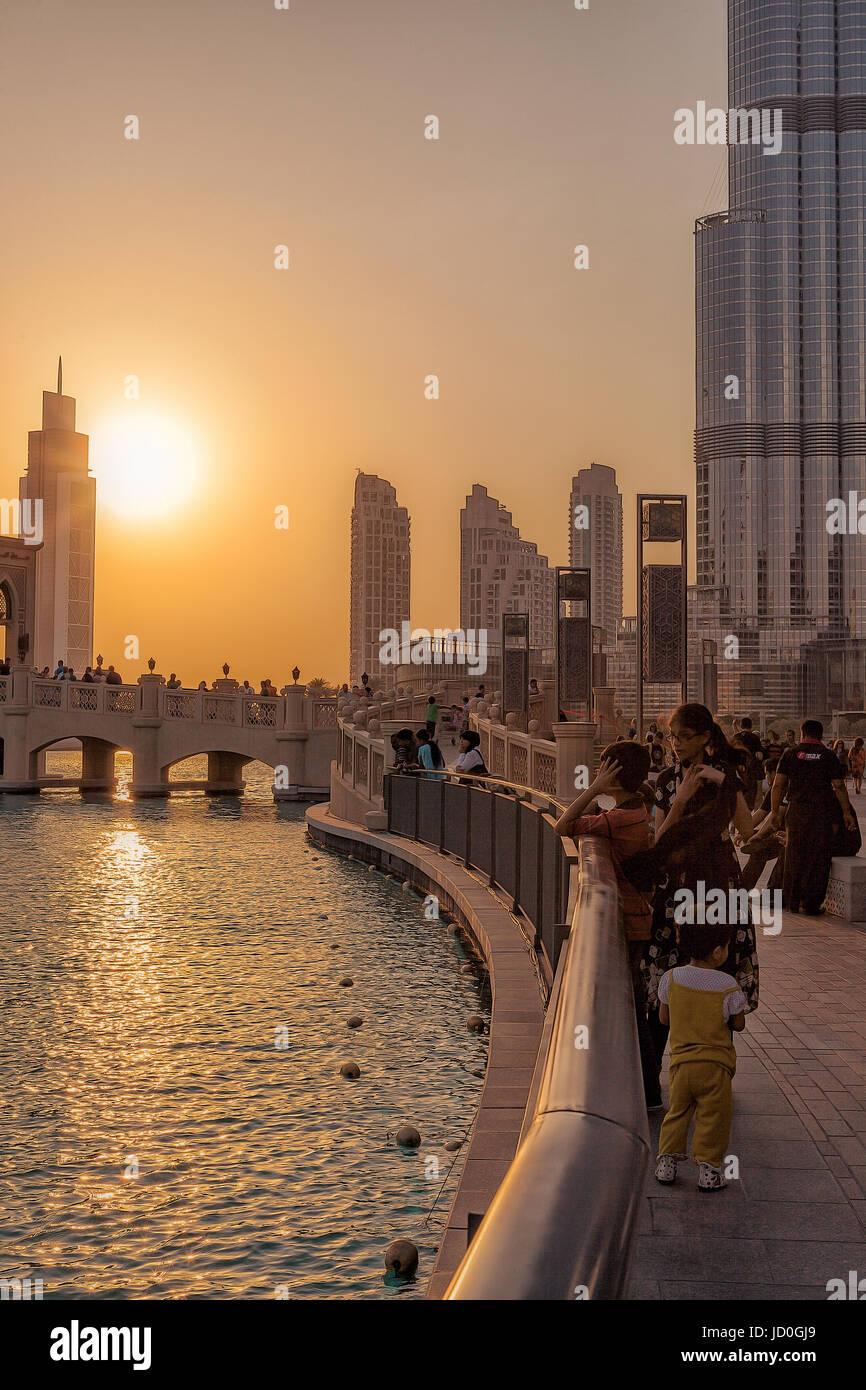 Eau/DUBAI - 14 SEP 2012 - Les gens de vous détendre sur les rues de Dubaï avec le coucher du soleil Banque D'Images