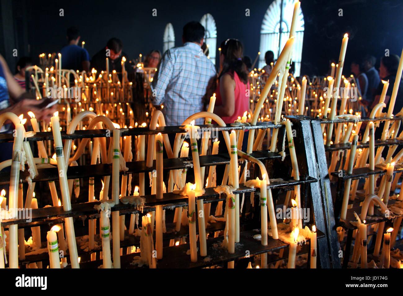 HUELVA/ESPAGNE - 9 octobre 2016: personnes allumant des bougies en signe de dévotion à la Vierge Photo Stock