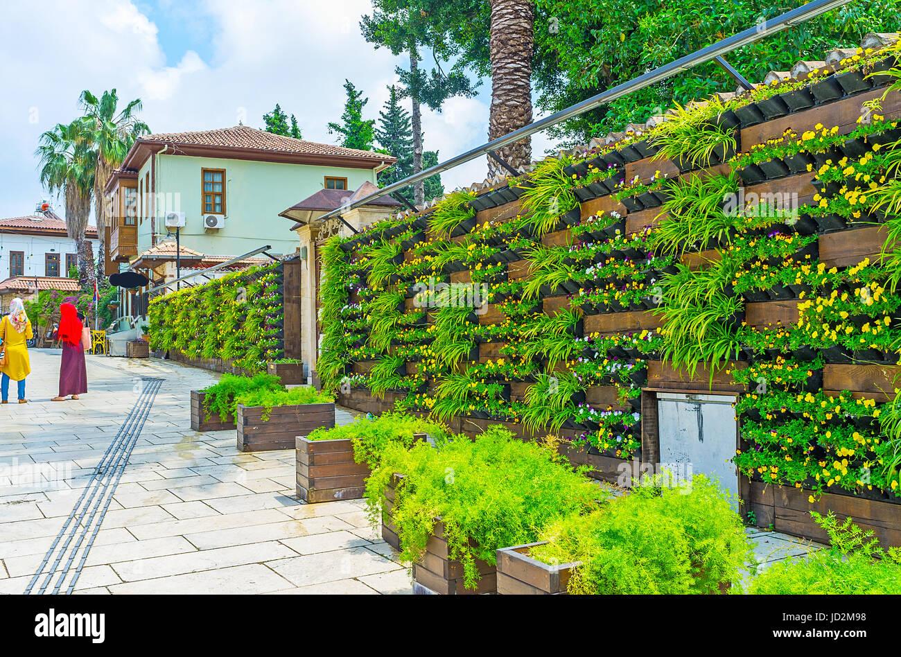 Le Mur Dans Le Jardin De Kaleici La Cloture En Bois Decore